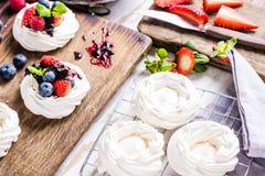 Hem- bakning, Pavlova med ny sommar bär frukt Fotografering för Bildbyråer