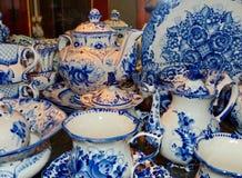 Hem- bordsservis i rysk traditionell Gzhel stil closeup Gzhel - ryskt folk hantverk av keramik Fotografering för Bildbyråer