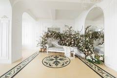 Hem- dekor i stilen av nedgången Ensamt en sörja i en sätta in och ett gult gräs Klassiska lägenheter med en vit spis Royaltyfria Foton
