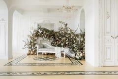 Hem- dekor i stilen av nedgången Ensamt en sörja i en sätta in och ett gult gräs Klassiska lägenheter med en vit spis Royaltyfria Bilder