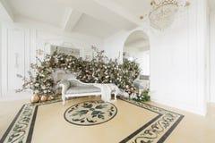 Hem- dekor i stilen av nedgången Ensamt en sörja i en sätta in och ett gult gräs Klassiska lägenheter med en vit spis Royaltyfri Bild