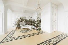 Hem- dekor i stilen av nedgången Ensamt en sörja i en sätta in och ett gult gräs Klassiska lägenheter med en vit spis Fotografering för Bildbyråer
