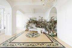 Hem- dekor i stilen av nedgången Ensamt en sörja i en sätta in och ett gult gräs Klassiska lägenheter med en vit spis Arkivfoton