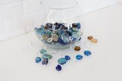 Hem- design - dekorativa glass kiselstenar i vas Fotografering för Bildbyråer