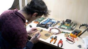 Hem- elektroniskt laboratorium stock video
