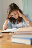 Hem för läsebok för koncentrat för tonårs- flicka för student arkivbilder