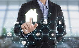 Hem för skydd för knapp för trycka på för hand för affärsrepresentantmedel Royaltyfri Bild