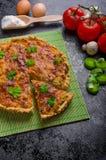 Hem- fransk paj som är välfylld med champinjoner, tomaten och purjolöken royaltyfri foto
