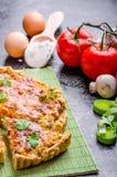 Hem- fransk paj som är välfylld med champinjoner, tomaten och purjolöken arkivbild