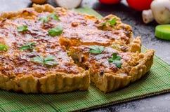 Hem- fransk paj som är välfylld med champinjoner, tomaten och purjolöken royaltyfria foton