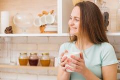 Hem- fritid som kopplar av den lyckliga kvinnan för att tycka om tekaffe arkivbilder