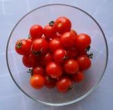Hem - fullvuxna Cherry Tomatoes i den Glass bunken Arkivfoton