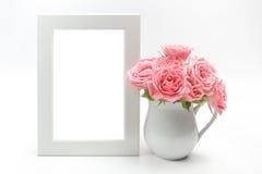 Hem- garnering, bildram och kopp med rosor royaltyfria bilder
