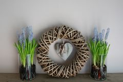 Hem- garnering, krans med vaser för 2 exponeringsglas bredvid den royaltyfri bild