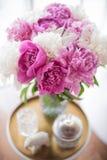 Hem- garnering, nya rosa pioner på kaffetabellen i den vita rooen arkivbild