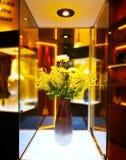 Hem- garneringbegrepp Den gula blommabuketten är i en brunt royaltyfri foto