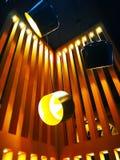 Hem- garneringbegrepp Gul ljus kula i den svarta lampan Det arkivbilder