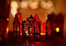Hem- garneringstearinljusljus, dekor för julbelysninghus Arkivfoton