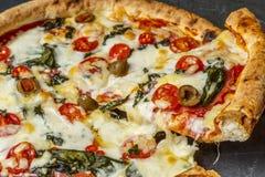 Hem gjord pizzaskiva Arkivfoton