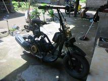 Hem- gjord sparkcykel Det är mycket gemensamt i Indonesien att möta liknande cyklar och sparkcyklar på vägen Närpolis att tolerer fotografering för bildbyråer