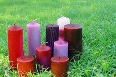 Hem gjorda stearinljus i gräset royaltyfri foto