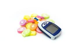 Hem- glukosmeter med godisen Arkivbilder
