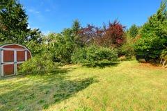 Hem- hemlig gammal trädgård med det lilla skjulet Arkivbild