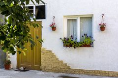 Hem- husfasad som dekoreras med naturliga blommor Royaltyfria Bilder