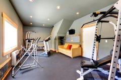 Hem- idrottshall med den gula soffan och TV arkivbilder