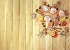 Hem- kök Baka med kryddor och juldekoren Matbackg royaltyfri bild
