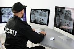 Hem- kameror för manlig ordningsvaktövervakning royaltyfri bild