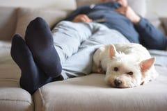 Hem- komfort, när hålla ögonen på TV royaltyfri bild