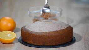 Hem- konfekt Flicka som gör en kaka på köket Kvinnor som lagar mat en kaka med chokladpralin Familjmatlagning stock video