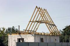 Hem- konstruktion tak tegelstenkonstruktion som utomhus l?gger lokalen royaltyfri fotografi