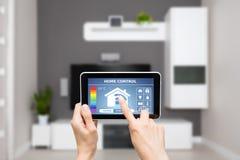Hem- kontrollsystem för fjärrkontroll på en digital minnestavla Arkivfoto