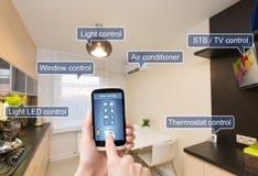 Hem- kontrollsystem för fjärrkontroll på en smart telefon arkivbilder