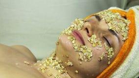 Hem- kosmetisk maskering av havremjölet på flickans framsida stock video