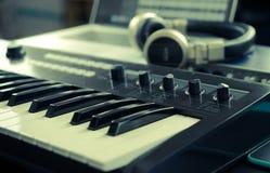 Hem- musikstudio i aktivering i tappningsignal Royaltyfria Bilder