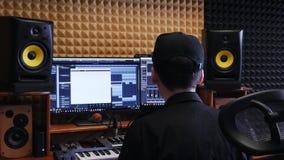 Hem- musikstudio Solid tekniker som blandar och styr på den solida musikstudion Digital ljudsignal arbetsstation Hem- inspelnings arkivfilmer