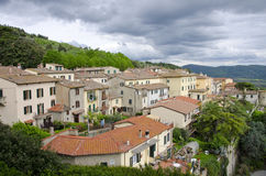 Hem på backen i Cortona, Italien Arkivbilder