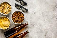 Hem- parti med TVatt hålla ögonen på, mellanmål och öl på åtlöje för bästa sikt för stenbakgrund upp Fotografering för Bildbyråer