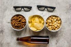 Hem- parti med TVatt hålla ögonen på, mellanmål och öl på bästa sikt för stenbakgrund Arkivfoto