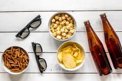 hem- parti med TVatt hålla ögonen på, mellanmål och öl på bästa sikt för vit bakgrund Royaltyfria Foton