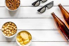 hem- parti med TVatt hålla ögonen på, mellanmål och öl på bästa sikt för vit bakgrund Fotografering för Bildbyråer