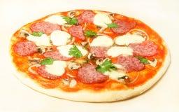 Hem- pizza med salami och mozzarellaen Royaltyfri Fotografi