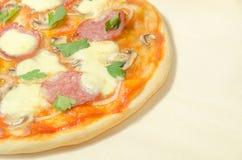 Hem- pizza med salami och mozzarellaen Royaltyfria Foton