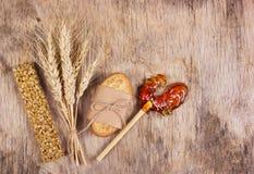 Hem- sötsaker, kornkakor, kozinaki och godis i form av en ungtupp på en gammal träbakgrund Royaltyfri Foto
