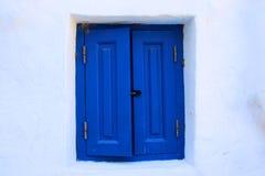 Hem- sötsakhem: vitt hus med det blåa träfönstret fotografering för bildbyråer