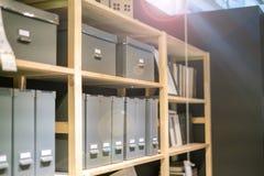 Hem- seminarium med böcker och annan legitimationshandlingar på kuggehyllan och i spjällådan V arkivbilder
