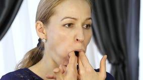 Hem- själv-massage, kvinna som gör ansikts- massage efter ett hårt dagsverke lager videofilmer